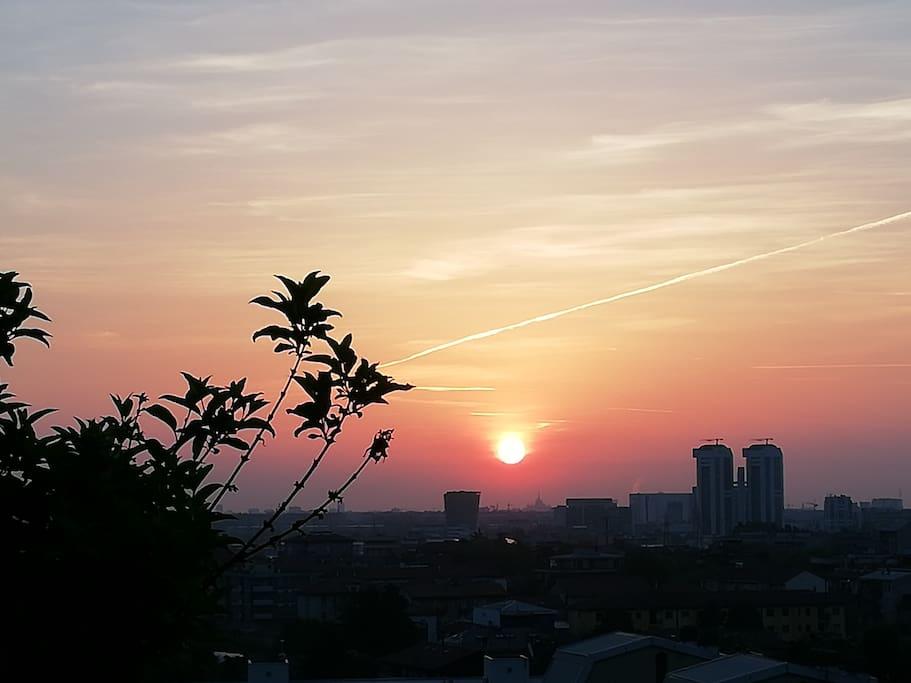 Dal terrazzo si possono ammirare meravigliose albe e tramonti. Il sole si vede sorgere in prossimità del Duomo di Milano