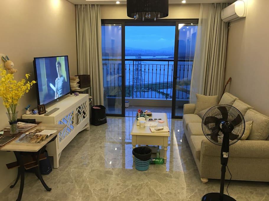 客厅,和外面的海景。