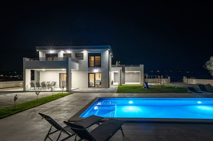 Beautiful Villa Lacus, in Dalmatia, with a Pool