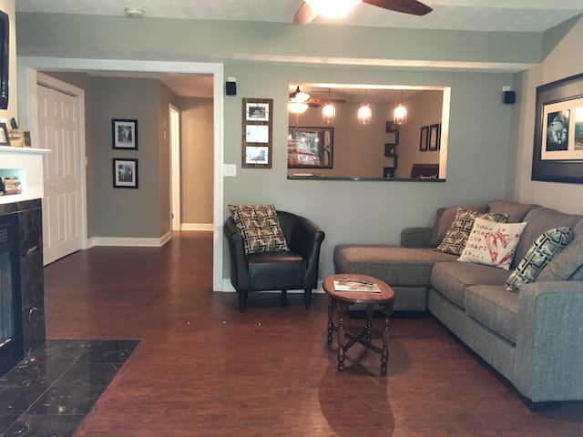 ★ Airy Basement Suite with Private Entrance ★