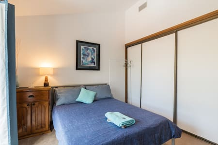 Comfy double bed with shared bathroom - Picnic Point - Casa
