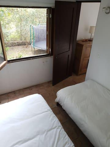 Alcoba auxiliar en primer piso conectada con la alcoba principal.