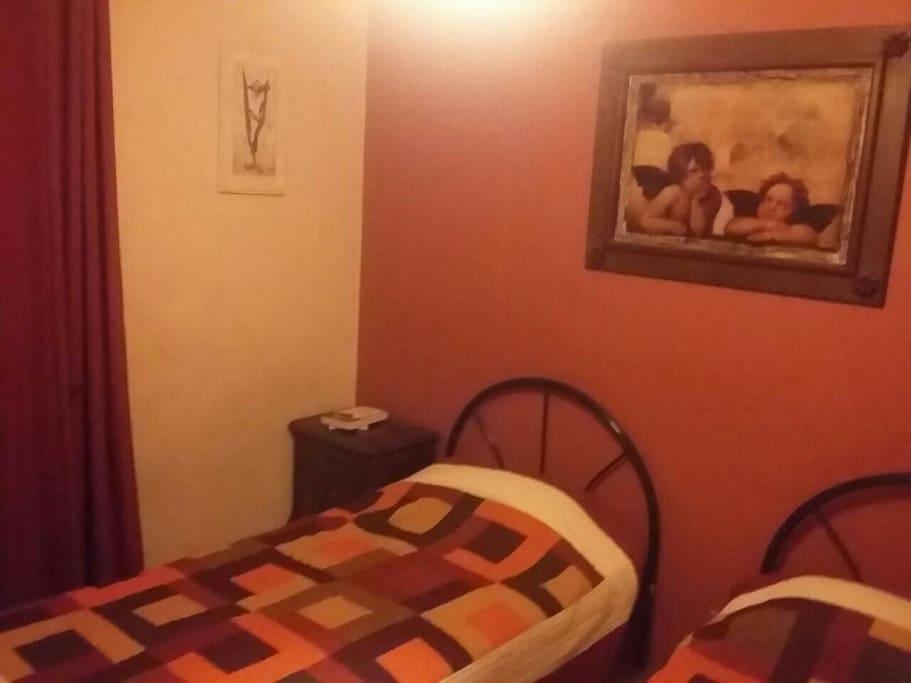 pieza con 2 camas, TV Cable, WiFi, closet y ventana.
