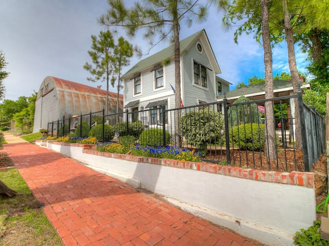 Elegance in the heart of HISTORIC downtown. (POOL)