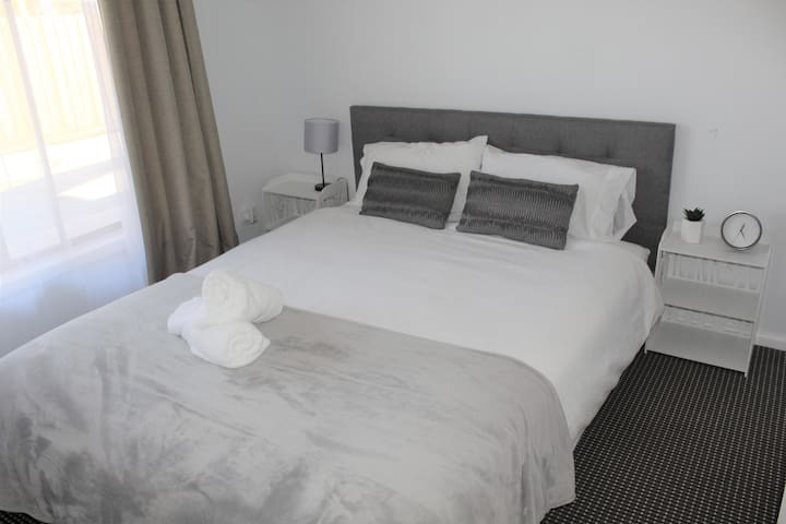R1-Queen Bed+Free WIFI+Free Parking+5mins airport