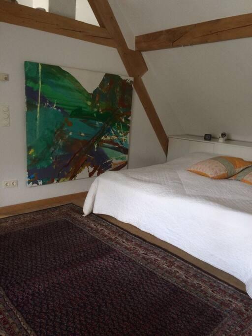 Im ersten Stock ist das Schlafzimmer. Das Doppelbett besteht aus zwei Einzelbetten.