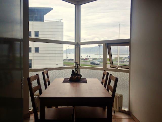 Single bedroom w. desk in great location (Corner) - Reykjavík - Huoneisto
