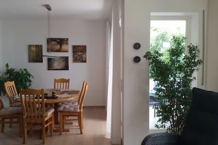 Freies Zimmer in heller 4-Zimmer Wohnung
