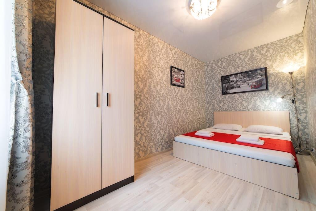 Изолированная спальня с двуспальной кроватью