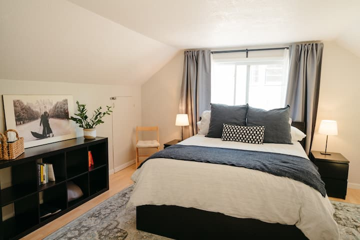 Modern private room in quiet NE Neighborhood