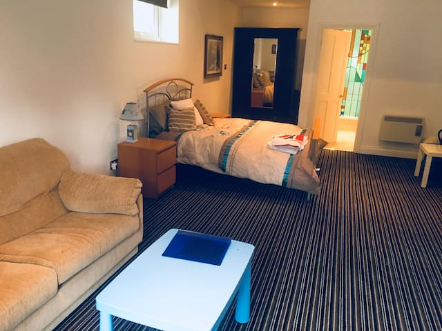 Private guest annex- mins from M25, close to LGW