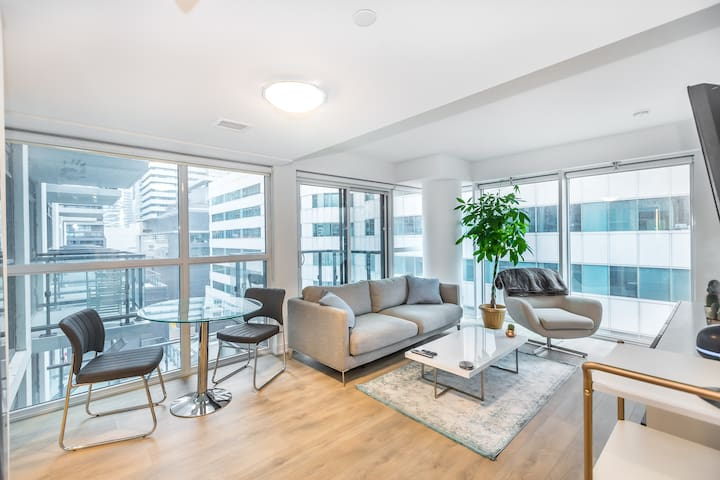 Corner unit heart of downtown/financial district!!