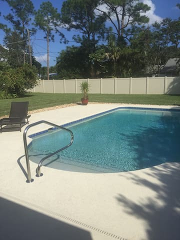 Gorgeous Pool Home - Palm City - House