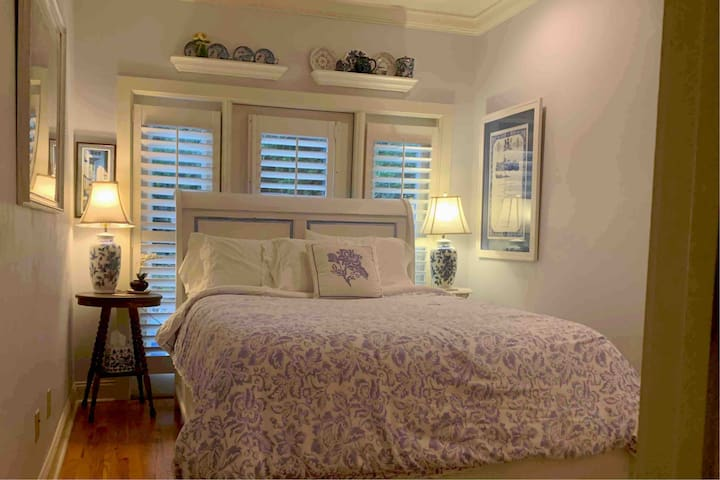 Virginia's Room is at the front of the cottage and has a queen bed.   Premium linens are provided for your comfort.  Extra blankets and pillows are also available.