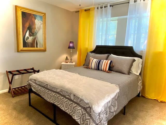 The Yellow Room with Queen Bed.