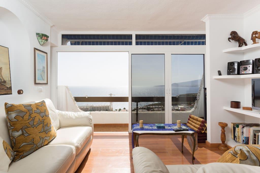 cómodos sofás de piel con unas vistas únicas.-