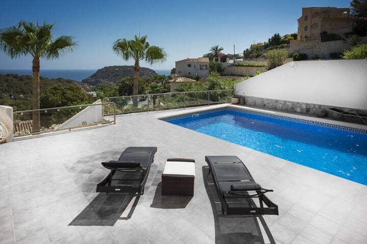 Stylish Sea View Villa - 5 min to beach!