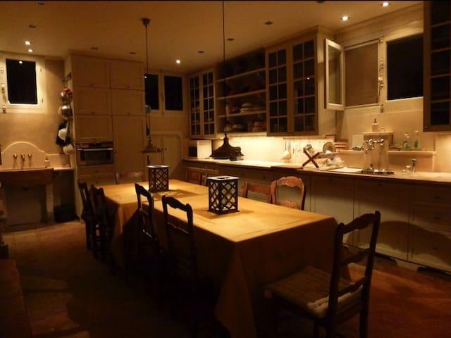 Cuisine entièrement équipée: table 12 à 16 personnes, congélateur, cuisinière à gaz (90 cm) avec table de cuisson à gaz et rôtissoire intégrée, four électrique avec technologie de cuisson à vapeur, four à micro-ondes, plusieurs jeux de vaisselles et ustensiles, machine à café Nespresso, nombreux appareils (grille-pain, presse-jus, mixers,...), lave-vaisselle, feu ouvert.