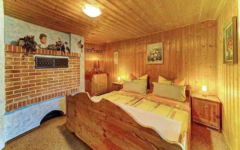 Falkensteinhütte - 1. Schlafzimmer mit großem Doppelbett