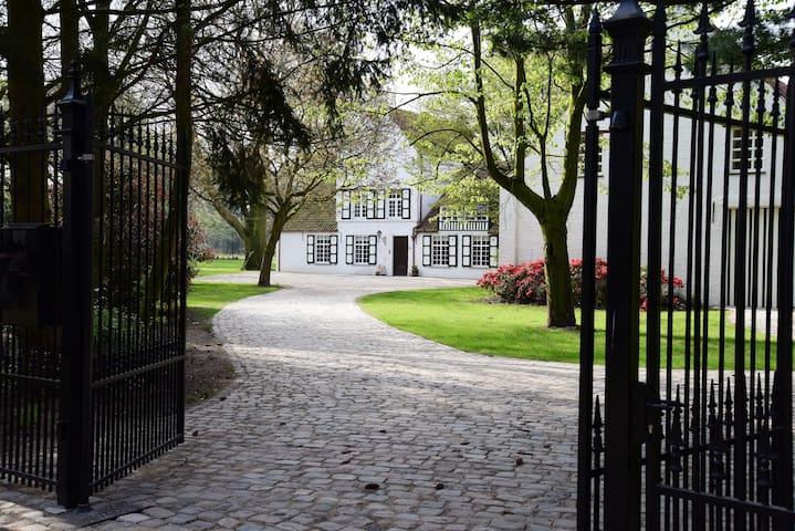 Schitterende kasteelhoeve in een rustige omgeving. - Oud-Turnhout - Bed & Breakfast