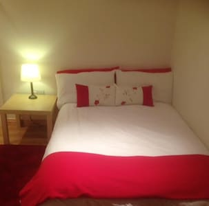 Setanta double, private bathroom. - Bed & Breakfast