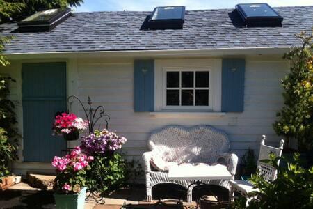 Secret  Garden Cottage - Victoria