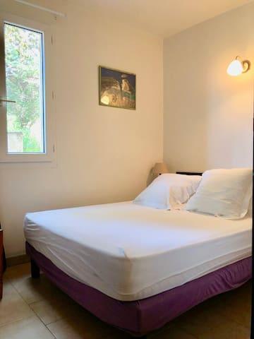 La chambre avec lit en 140 x 190