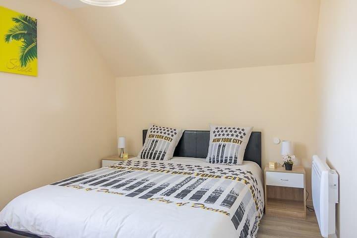 Chambre 2 situé à l'étage, 2 couchages lit king-size (160x200), matelas à mémoire de forme, tables et lampes de chevet avec vue sur le village très calme