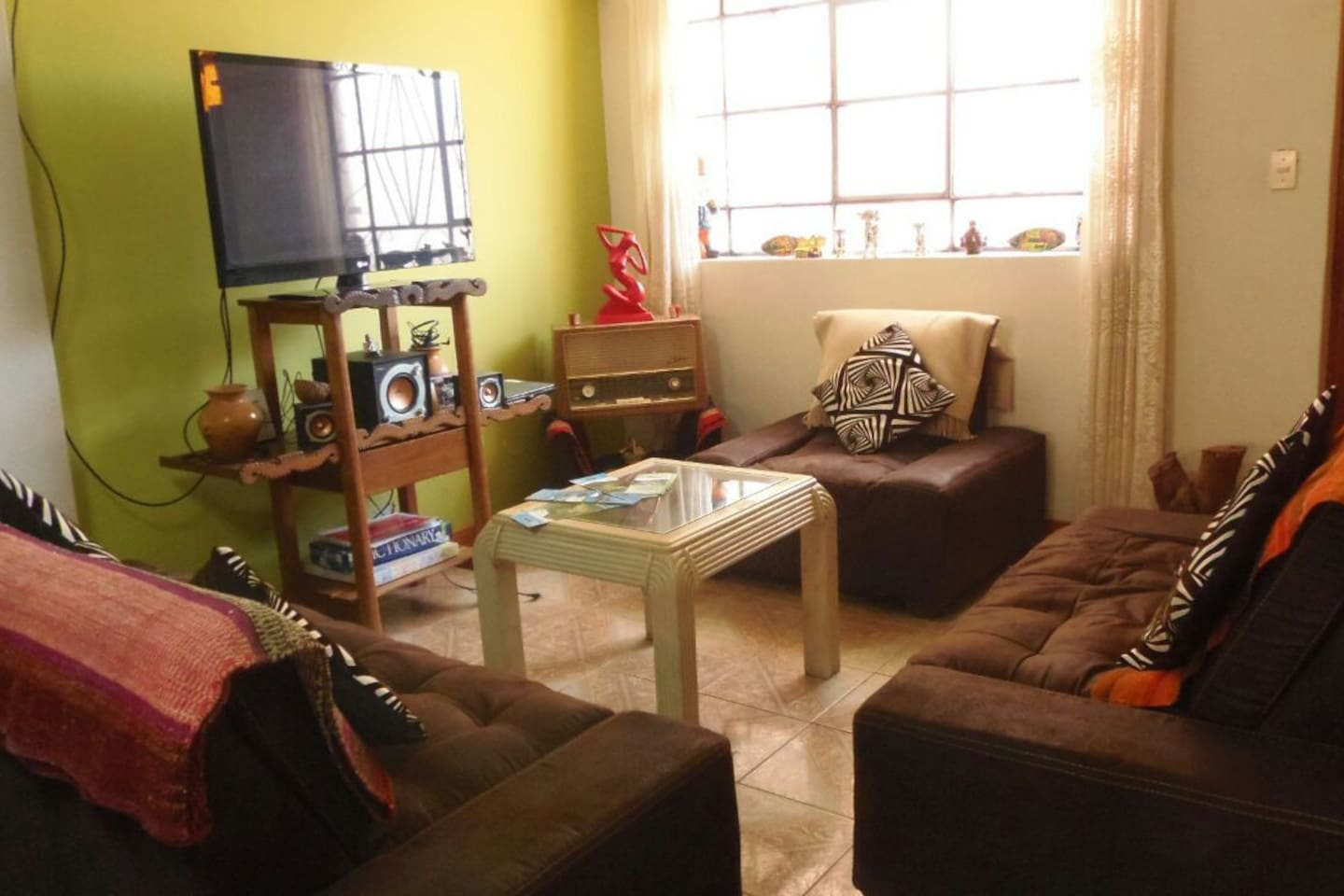 A coasy home 5 minutes away from the Cusco Velasto Astete Airport. Living Room , Dining Room , Kitchen , Private Bathroom. 2 confortable rooms . 1 Master Suit , 1 Junior Suite