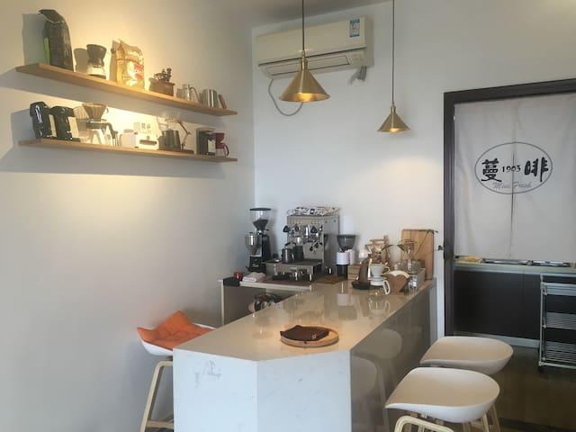 小小的咖啡吧台,可以来一杯手冲也可以自已做一杯奶咖