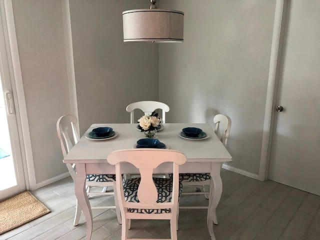 Dining table w/2 leaf extensions