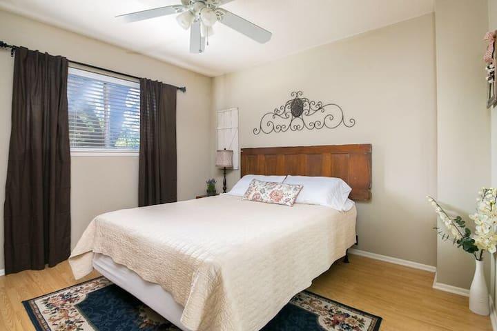 3rd bedroom, queen bed