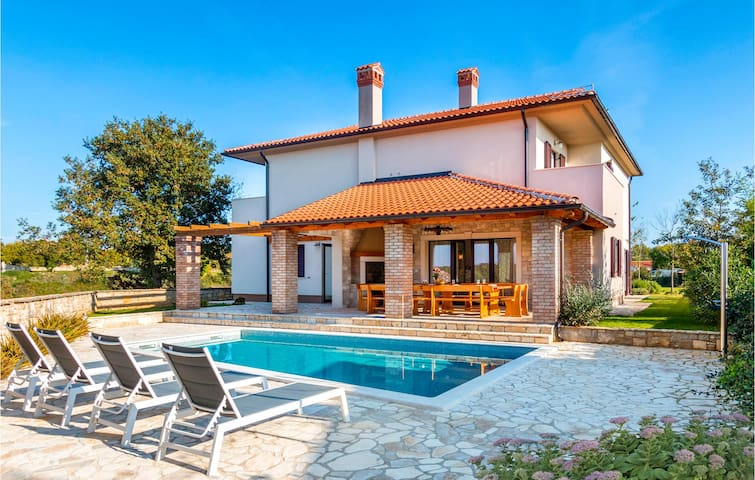 Holiday cottage with 5 bedrooms on 250m² in Krmed