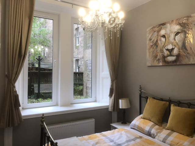 Lovely MAIN DOOR apartment - old town Edinburgh