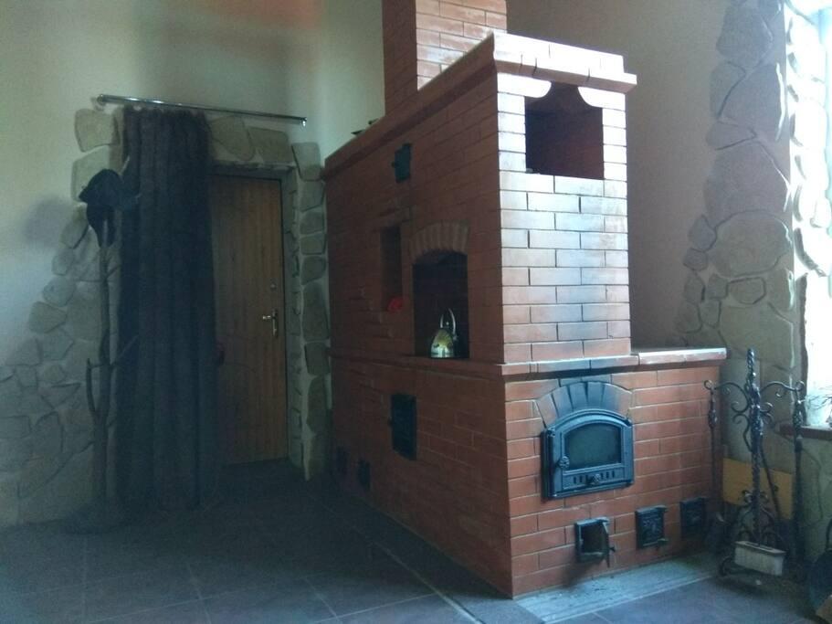 Печка в доме со спальным место на завалике