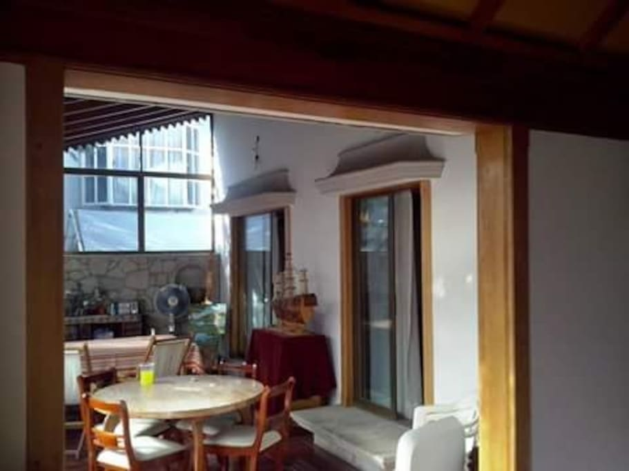 Sala de la terraza vista desde la sala comedor con vista al jardín y accesos a la recámara principal