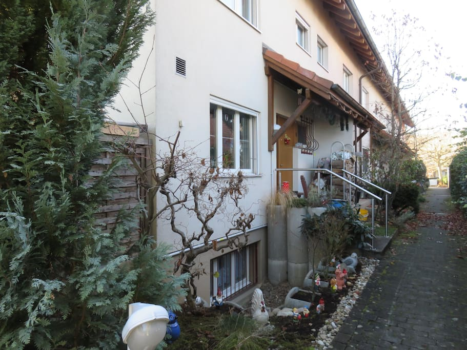 zimmer in privat haus zu vermieten maisons de ville louer reinach b le campagne suisse. Black Bedroom Furniture Sets. Home Design Ideas