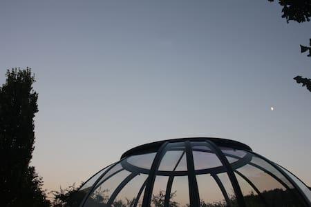 nuit dans un dôme vitré à la campagne