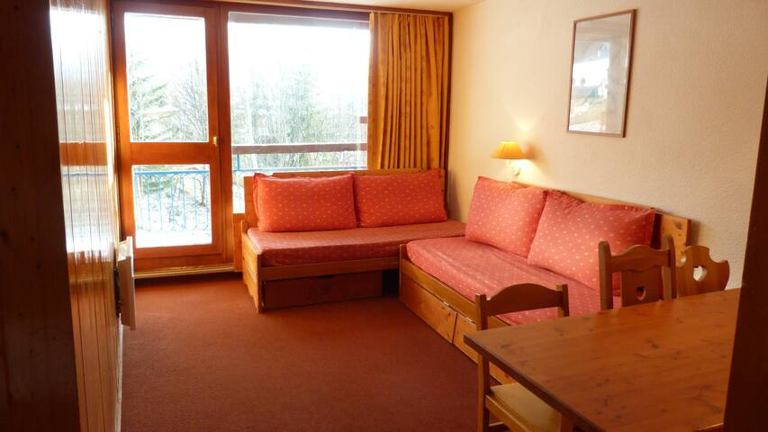 2-rooms flat for 6 guests close to the slopes, the shops, the ski school and the day nursery in the center of Arc 1800 resort in the Villards village