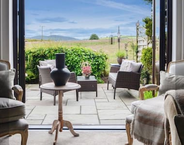 Woodend Cottage  Stylish, idyllic getaway