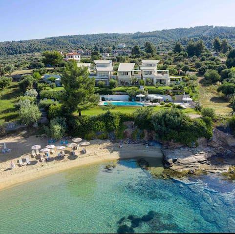 Akti Elia Villa4, Beachfront with infinity pool