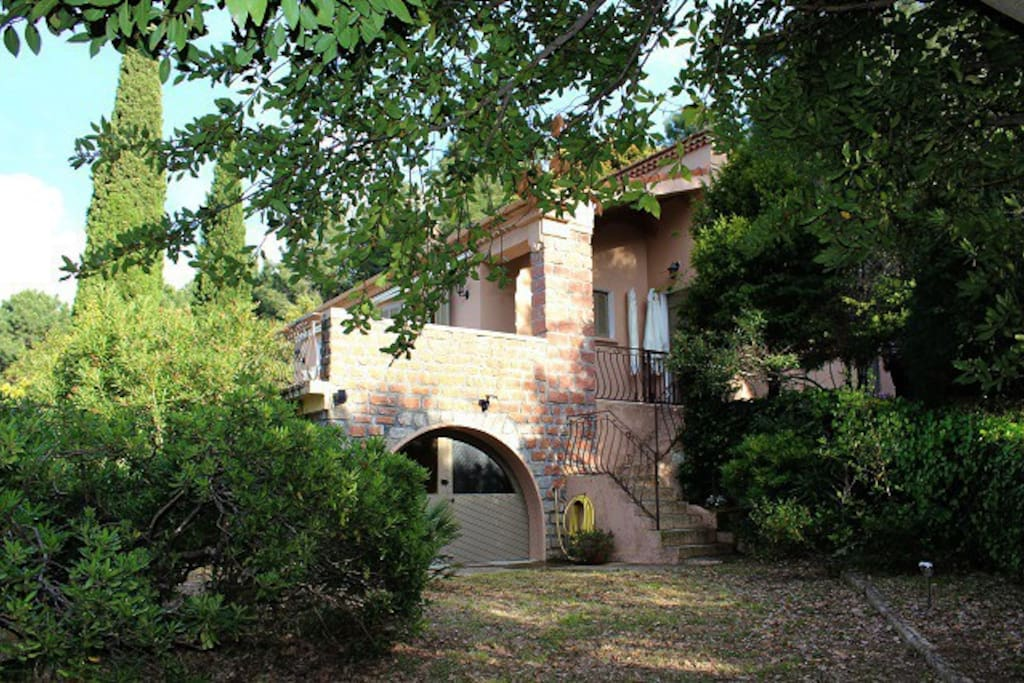 maison dans propriété arborée