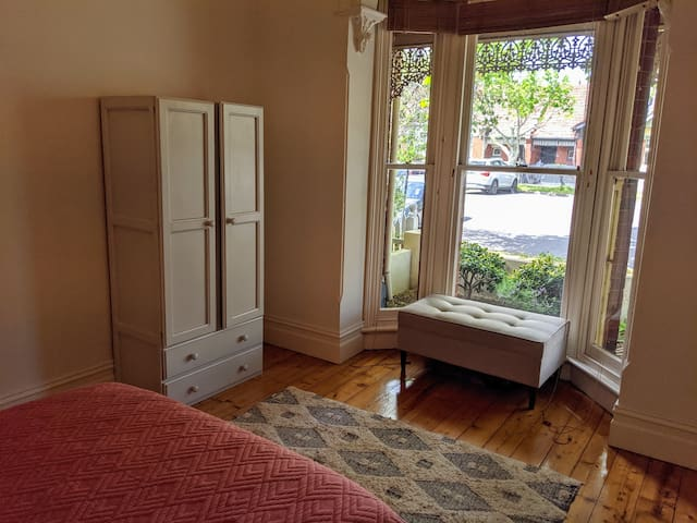 Large cosy room in Middle Park available