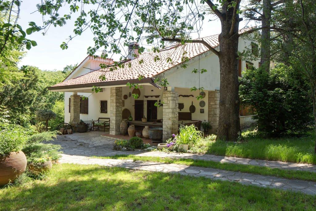 Villa nel carso con giardino e barbecue ville in affitto a opicina friuli venezia giulia italia - Case affitto vinovo con giardino ...