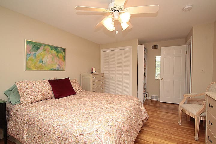 Furnished Queen Bed Room - Hamden