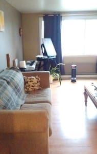 Large Bedroom +Living w/Desk,Keyboard,Easel, WiFi - Montréal - Lejlighedskompleks