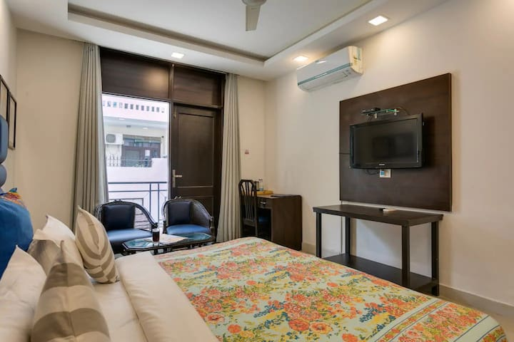 Serviced Room w small balcony in ♥ of Cyber City