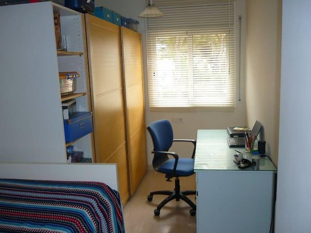 El estudio tiene una cama simple elevada (con un colchón de 0,90x1,90m) y un ámplio escritorio para que, si tienes previsto teletrabajar, lo puedas hacer en las mejores condiciones.