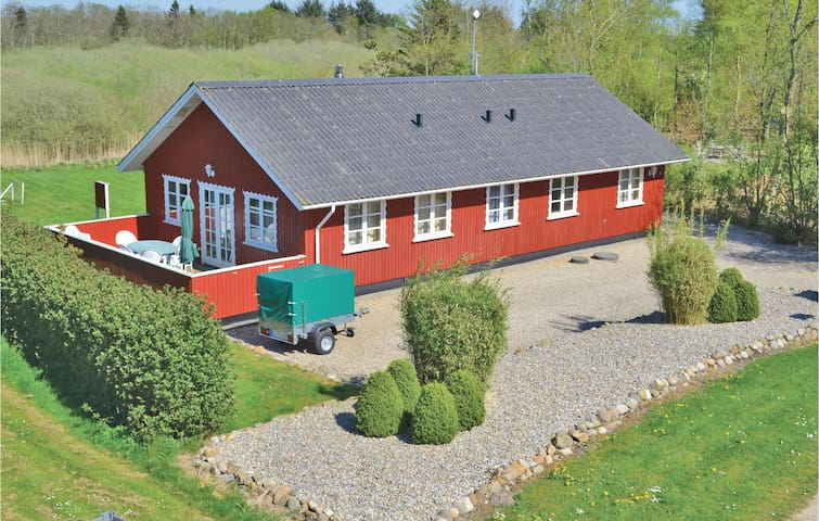 Holiday cottage with 4 bedrooms on 107m² in Oksbøl