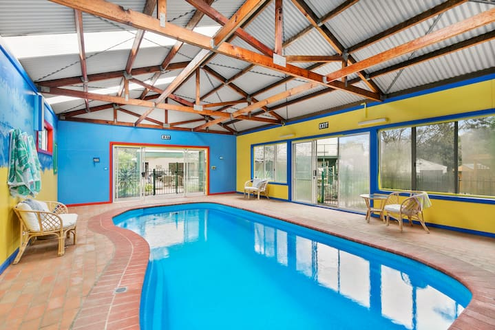 5BR  Indoor Heated Pool, Foxtel, Wifi, Pool Table
